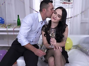 Whorish brunette Sasha Sparrow allows to solution anal chink all round sperm on the crafty date